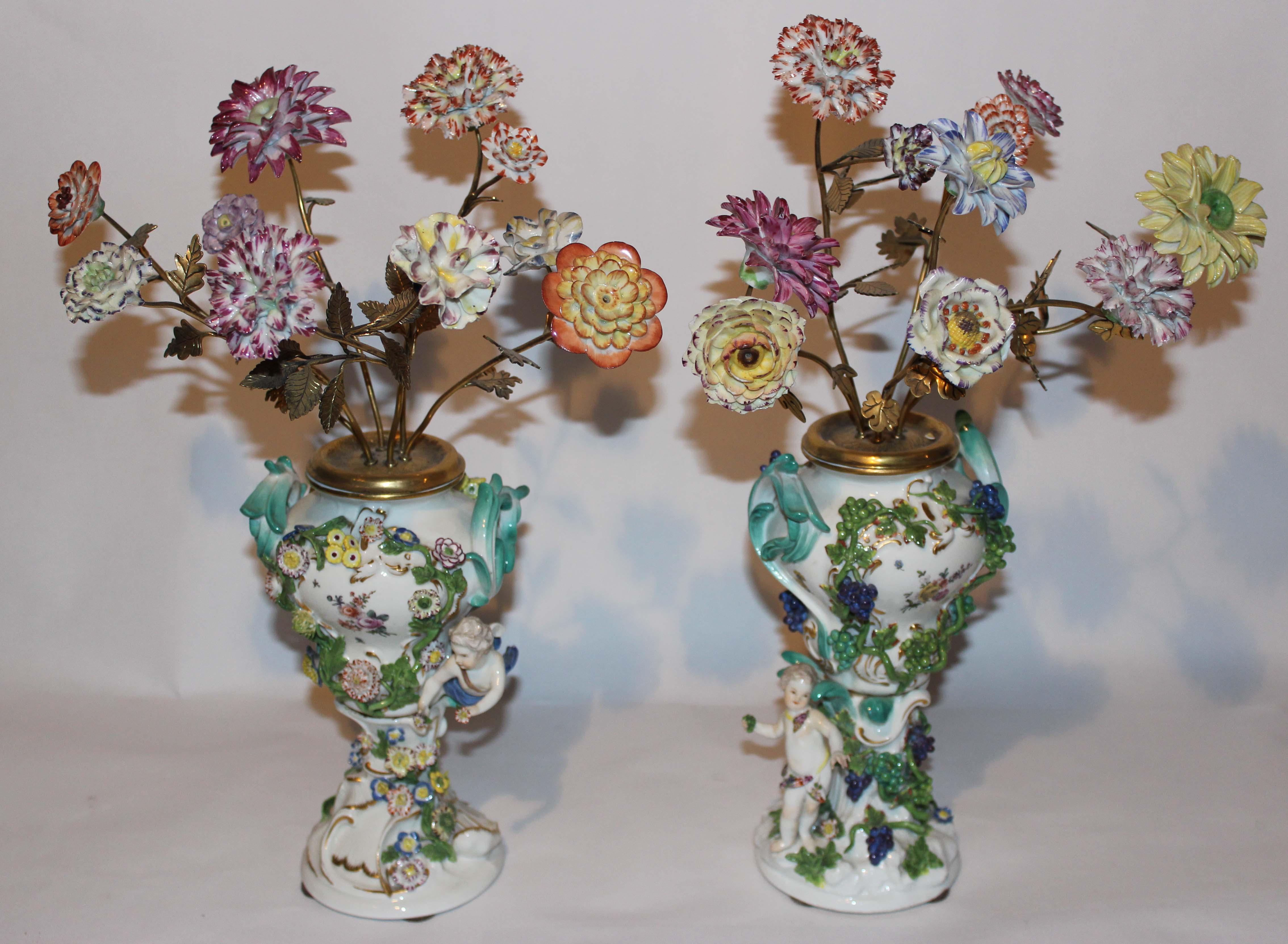 Paire de vases piques fleurs en Meissen
