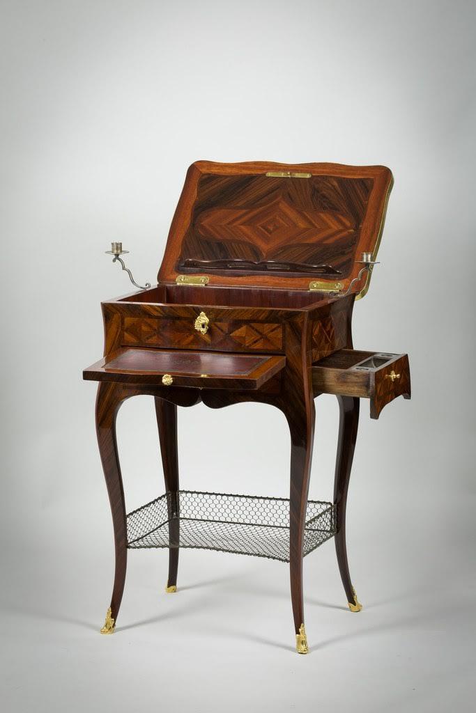 Petite table d'époque Louis XV, estampillée Fleury