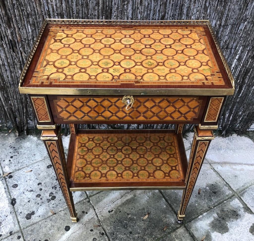 Petite table Louis XVI