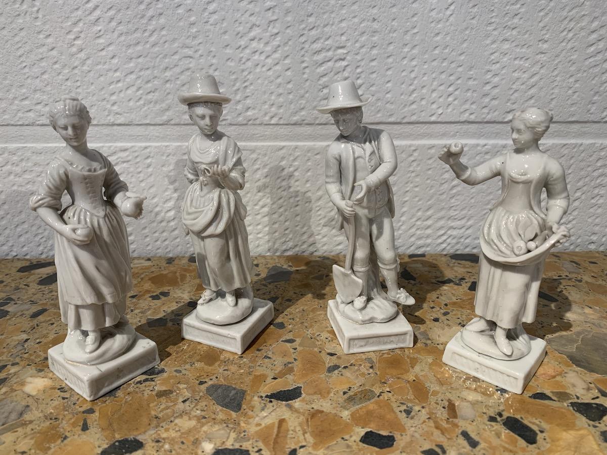 Suite de quatre statuettes en porcelaine Italie 1780