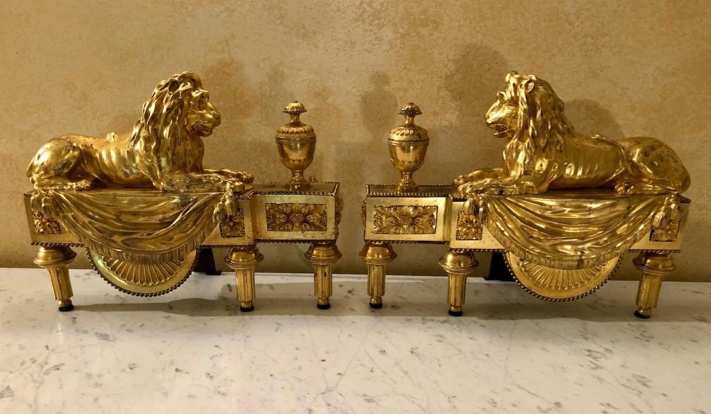 Paire chenets aux lions
